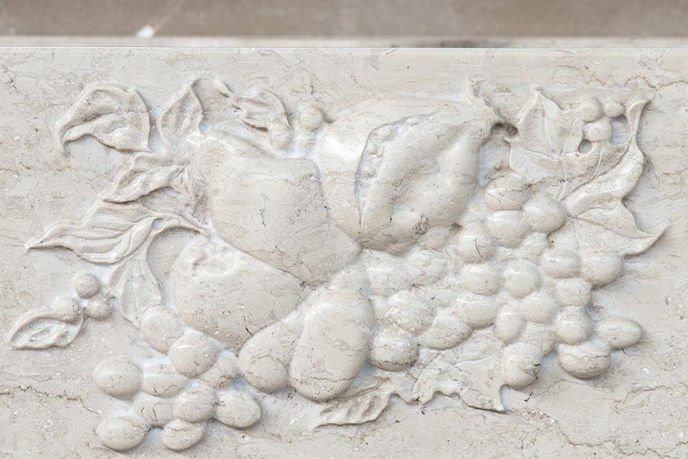 Lavabo classico con bassorilievo in pietra per cucina