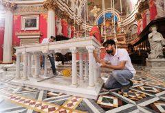 montaggio altare in marmo
