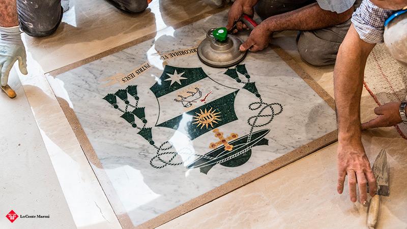 stemma vescovo in marmo