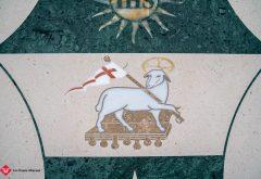 Dettaglio intarsio stemma in pietra Vescovo
