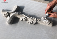 Lavorazione croce in pietra